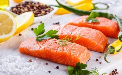 ăn cá hồi có béo không